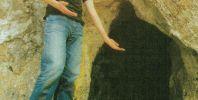 """Милен Кръстев ПК """"Хеликтит"""" София на входа на една от пещерите под вр. """"Соколо"""". Автор: Алексей Жалов ПК """"Хеликтит"""" София, БПД."""