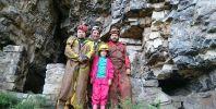 Коста, Пепи, Кали и Станислав на входа на пещерата зиданка при гара Лакатник.