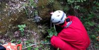 "Поли прави измервания на входа на пещерата. Снимка: Константин Стоичков ПК ""Хеликтит"" София."