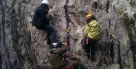 Пепи показва на Миро и Яна преминаване на възел.