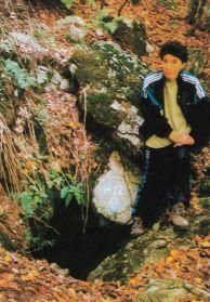 """Магдалена Стаменова ПК """"Хеликтит"""" София, на входът на пещерата Гогова дупка 2. Автор: Алексей Жалов ПК """"Хеликтит"""" София, БПД."""