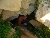 Константин Стоичков на входът на пещерата Раевица 2 при с. Пахни. Автор: Светлин Веселинов.