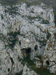 """Серапионовата пещера и Черницата. Автор: Константин Стоичков ПК """"Хеликтит"""" София."""