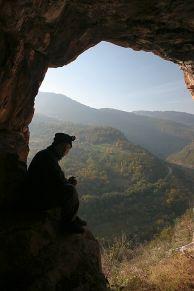 Константин Стоичков на входът на пещерата Стъпалата. Автир: Димитър Градинаров.