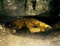 """Константин Стоичков ПК """"Хеликтит"""" София, при разкопаването на входа на пещерата. Автор: Алексей Жалов ПК """"Хеликтит"""" София."""