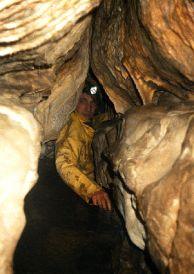"""Живко Петров ПК """"Хеликтит"""" в началният участък при първото влизане в пещерата. Автор: Константин Стоичков ПК """"Хеликтит"""" София."""