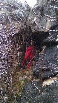"""Катя Кръстанова на входа на пещерата. Снимка: Кконстантин Стоичков ПК """"Хеликтит"""" София."""