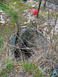 """Входът на пещерата използвана за бунище до """"Пещерният дом"""". Автор: Константин Стоичков ПК """"Хеликтит"""" София."""