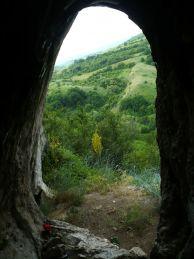 """Изглед от входа на пещерата Гълъбарника.  Автор: Константин Стоичков ПК """"Хеликтит"""" София."""