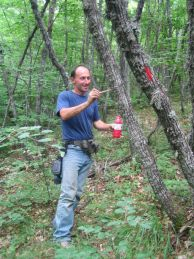 Стоян Петков-Таната, нанася маркировка.