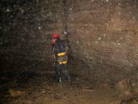 """Роджи под водопада в пещерата. Водопада в пещерата. Автор: Цветелина Валерианова ПК """"Хеликтит"""" София."""