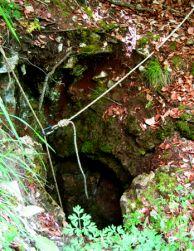 Входът на пропастта Малка Стойковица.