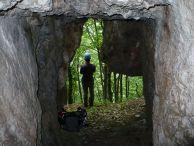 """Ванката на входа на пещерата """"Прашната"""" в масивът """"Гарванец"""". Автор: Константин Стоичков ПК """"Хеликтит"""" София."""