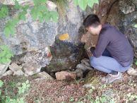 Markos Vaxevanopoulos на входа на пещерата Рапата.