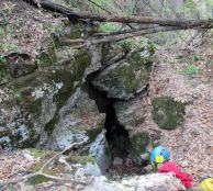 """Входът на скалният мост-началото на """"Шаманската пещера""""."""