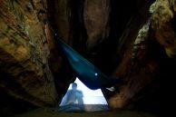 Пещерняци в хамаци. Автор Валя Пелова.