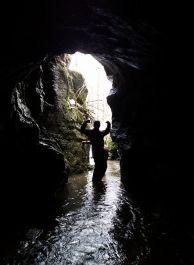 """Река излиза от входа на пещерата Кривата пещ при село Гинци. Снимка: Анна Колева ПК """"Хеликтит"""" София."""