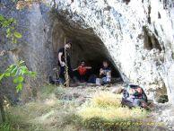Дружината похапва на входа на една пещера. Автор: Андрей Христов.