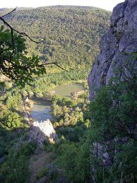 Изглед към долината на река Нишава. Иво на входа на втората пещера. Вход с интересна форма. Автор: Ивайло Богомилов.