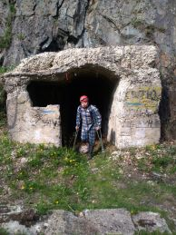"""На входа на подземното съоръжение. Снимка: Милен Кръстев ПК """"Хеликтит"""" София."""