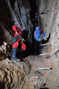 """Стоманена стълба на """"Чатала"""" в Темната дупка на лакатник. Автор: Владимир Ангелков – експерт по туризъм."""